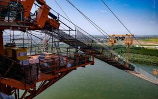 Cablul principal al podului peste Dunare de la Braila, in curs de montare. Imagini spectaculoase din timpul operatiunii VIDEO