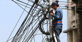 Cablurile instalate ilegal pe stalpii din Bucuresti vor fi taiate