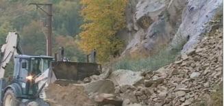 Cad pietre de pe versanți în județul Buzău. Traficul rutier este îngreunat pe un drum național