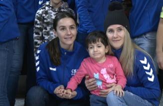 Cadouri pentru copiii cu dizabilitati, din partea handbalistelor de la CSM Slatina