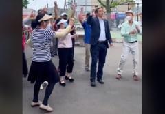 """Candidat la Primaria New York dansand pe manele alaturi de cetateni asiatici: """"Am vazut acest grup dragut si a trebuit sa ma alatur"""" VIDEO"""