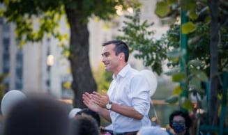 Candidatul USR PLUS la Primaria Brasov, Allen Coliban, isi anunta victoria in alegerile locale