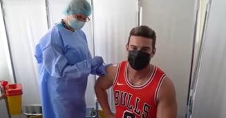 """Cantaretul Dorian Popa s-a imunizat anti-COVID cu serul de la Pfizer. """"Cand am plecat in Africa am facut 5 vaccinuri"""" VIDEO"""