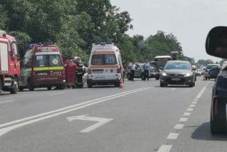Carambol cu doua victime si cinci masini implicate, dintre care una de pompieri