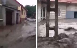 Caras - Severin: Opt strazi din Oravita, inundate in urma scurgerilor de pe versanti - VIDEO