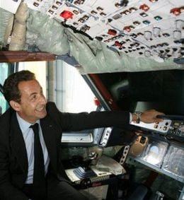"""Carla Bruni ii face lui Sarkozy """"Air Force One"""" de 190 milioane de euro"""