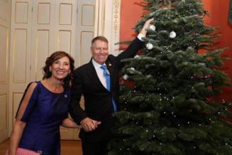 Carmen Iohannis a postat o imagine de la Palatul Buckingham: Klaus si bradul de Craciun