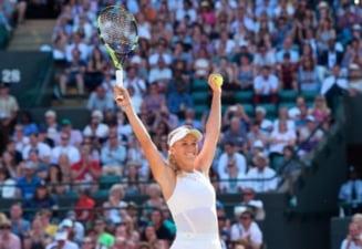 Caroline Wozniacki castiga doua meciuri in decurs de cateva ore si se apropie de Simona Halep