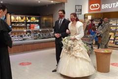 "Casatorie-protest organizata cu preot si invitati intr-un supermarket din Sfantu Gheorghe. ""Am dovedit ca se poate!"" VIDEO"
