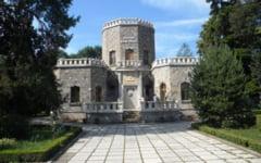 Castelul bantuit al Iuliei Hasdeu, templul lumii de dincolo. Fata se aude cantand la pian, iar batranul Hasdeu iese noaptea la geam si urla ca lupii - legendele locului