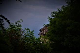 """Castelul de pe deal, ruina in care satenii asteapta sa isi aline batranetea: """"Erau oameni buni cu taranii, tare buni"""" - FOTO & VIDEO"""
