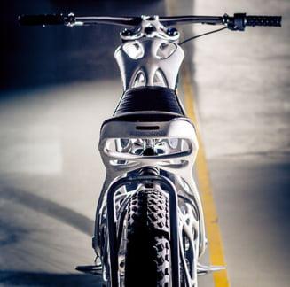 Cat costa prima motocicleta din lume scoasa la imprimanta 3D - Atinge 100 km in 3 secunde (Video)
