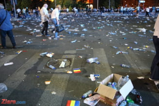 Cat de repede s-au strans mormanele de gunoi din Piata Victoriei? Primaria zice ca in mai putin de o ora, cu 100 de oameni si 10 utilaje