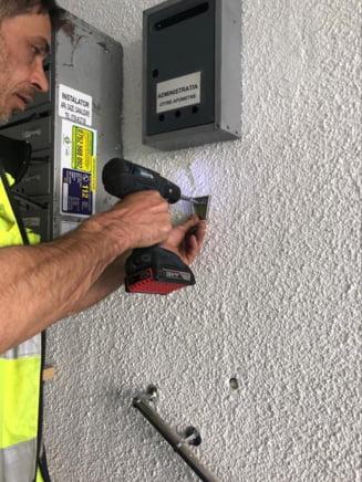 Cat ne costa dispenserele cu dezinfectant din scara de bloc? Preturile achitate din bani publici la Bucuresti