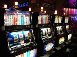 Cat pierd romanii la jocurile de noroc