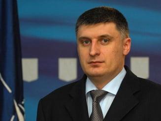 Catalin Avramescu evita sa stea pe acelasi trotuar cu presa care-l injura