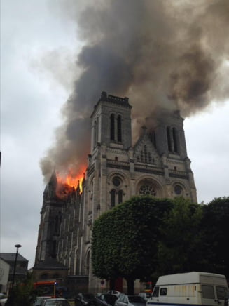 Catedrala istorica a Frantei, distrusa de incendiu (Foto)