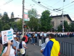 """Cateva sute de persoane au protestat in fata Palatului Cotroceni: """"Jos statul paralel!"""""""