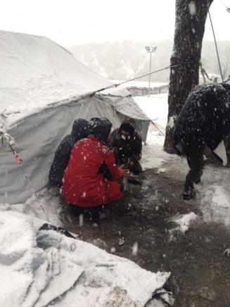 Cautau sa scape cu viata in Europa, dar risca sa moara de frig: Refugiatii ingheata in bataia viscolului (Galerie foto)
