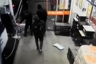 Caz incredibil la Arad: Patru mascati au incercat sa fure un bancomat cu masina (Video)