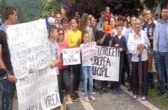 Cazul Sorina: Protestatarii vor sa plece la Craiova sa o vada. Primele sanctiuni in Politie si plangere penala la SS