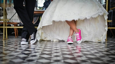 Ce a patit o femeie care a fost confundata cu mireasa pentru ca purta o rochie alba din dantela la ceremonie