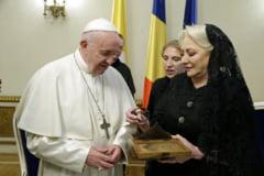 Ce cadouri a primit papa Francisc de la Iohannis si Dancila