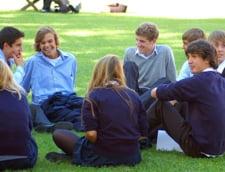 Ce mai duc elevii la scoala? De la cutite, la arme de foc