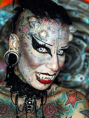 Cea mai ciudata femeie: Are dinti de vampir si coarne (Video)