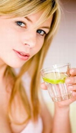 Cea mai simpla si eficienta cura de slabire: apa inainte de masa