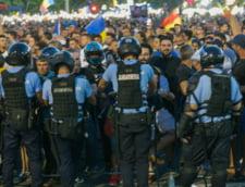 Cei doi jandarmi batuti de huligani la protestul din 10 august cer daune morale de 200.000 de euro