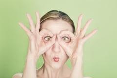 Cel mai nou trend in frumusete vine din Coreea de Sud: Ochii de mahmur (Video)