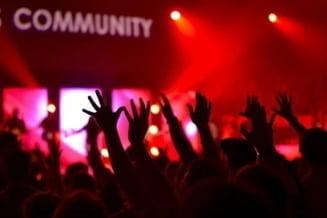Cel puțin 215 cazuri de COVID-19 identificate la tineri care au fost la un festival de muzică. Organizatorii susțin că au verificat certificatele de vaccinare