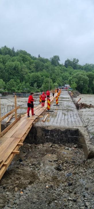 Cele 12 persoane izolate de viitura in Vrancea au fost salvate. Echipele de interventie au folosit un sistem tip tiroliana
