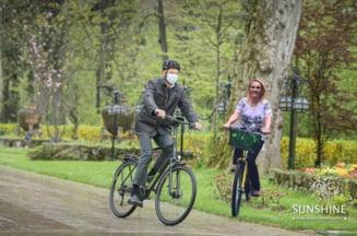 Cele mai bune glume cu Iohannis mergand cu bicicleta la Cotroceni. De la Mad Max la Firea si Glovo, cum a reactionat internetul FOTO