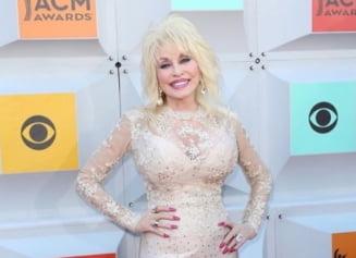 """Celebra cântăreață Dolly Parton s-a îmbrăcat în """"iepuraș"""" Playboy, la 75 de ani. Care e motivul FOTO"""