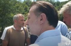 """Cetățean către Florin Cîțu, venit să vadă urmările inundațiilor: """"Gândiți-vă dacă pe barajul exploatării cu cianuri de la Roșia Montană vine o viitură de tipul ăsta"""""""