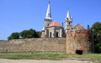 """Cetatea Orastiei, locul celor doua biserici """"gemene"""" si al rotondei medievale, intra in santier"""