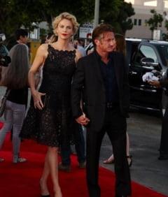 Charlize Theron si Sean Penn, in tandreturi la plaja (Galerie foto)