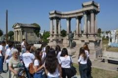 "Cimitirele craiovene ascund adevarate comori / Elevii Colegiului ""Carol I""au pus in valoare patrimoniul funerar"