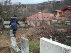 Cimitirul central din Petrosani se prabuseste peste casele oamenilor
