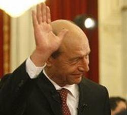 Cine ridica primul pumnul la Traian Basescu?