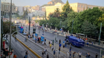 Ciocniri între poliţişti şi protestatari la Atena, la o manifestaţie împotriva vaccinării. Forţele de ordine au folosit gaze lacrimogene VIDEO
