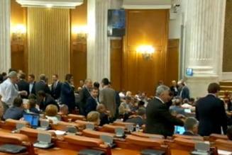 Circ in Parlament: Cu votul electronic inchis, legea lui Dragnea s-a intors la comisii si N. Paun poate fi arestat