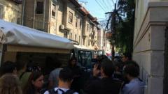 Circ la poarta printului Paul: Executat silit cu politia, licitatie de arta inceputa in strada