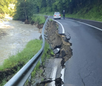 Circulația rutieră pe DN 1 A, afectată de o alunecare de teren la limita dintre Brașov și Prahova