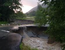 Circulatie intrerupta pe doua drumuri nationale din Hunedoara si Cluj si pe un drum judetean din Gorj, din cauza inundatiilor