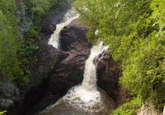Ciudateniile naturii: cascada fara fund - (Galerie foto)