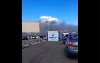 Clienții unui mall din București, evacuati de urgență. Un incendiu a izbucnit la un restaurant VIDEO