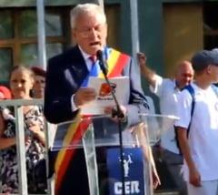 Clip viral: Cum se exprima in engleza primarul Buzaului, citind de pe foaie (Video)